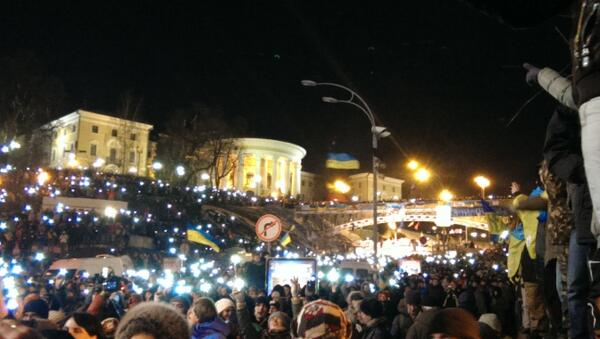 People on Maidan are standing with lights during the song Friend
