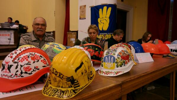 In Kyiv city Council artists paint the helmets