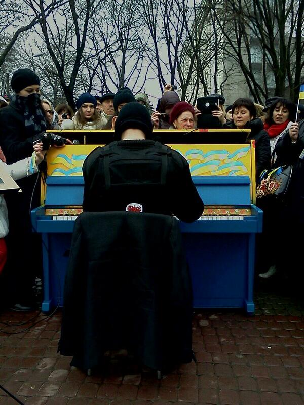 Dnipropetrovsk Pianoguy-extremist plays for other extremists