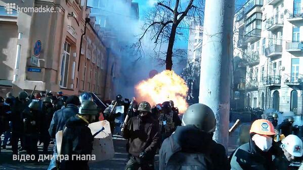Heavy clashes at Institutska street in Kyiv