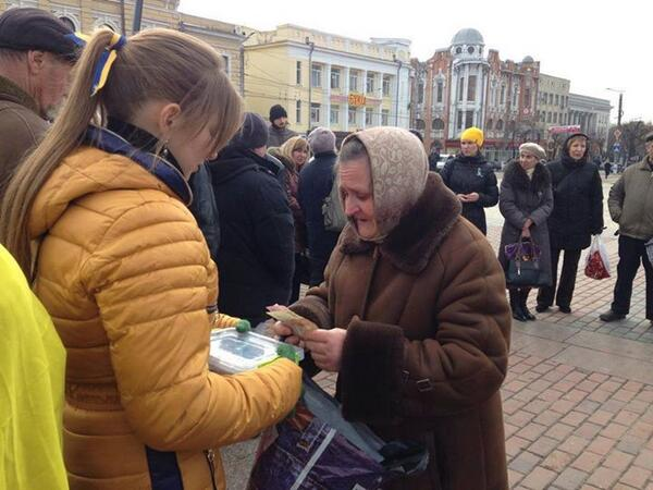 This grandmother brought the half of his pension for the victims on euromaidan