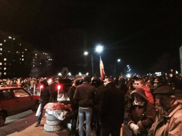 Road to the airport in Borispol was blocked by 5 thousand people of Euromaidan