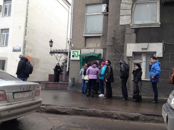 Panic in Donetsk: long queues at ATMs