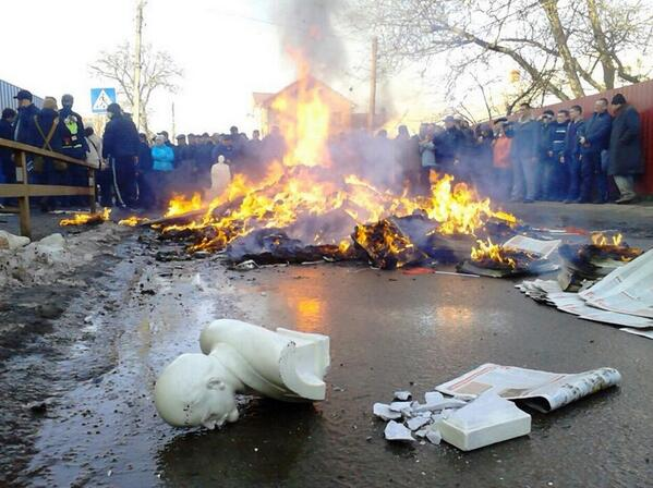 In Vinnitsa seized the local office of the Communist party and burning the party symbols