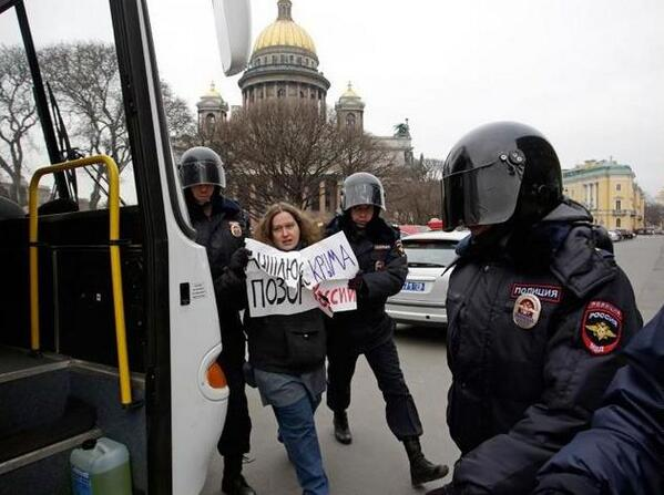 Police detained activists protesting Crimean annexation in St.Petersburg