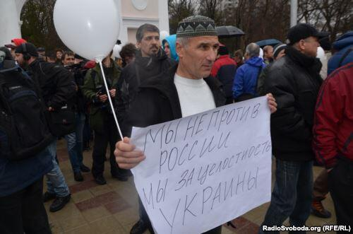 Poster from Crimea-we aren't against Russia.,we arr for Terr.integrity of Ukraine