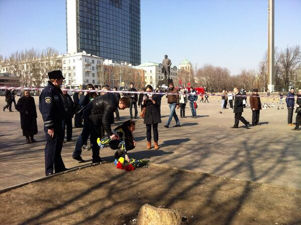 Donetsk citizens continue to bring flowers to the place of murder of Dmitry Cheryavsky