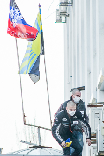 Anti-fascists tremoved the Ukrainian flag on the building of the Donetsk SBU