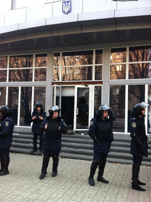 Police near Donesk' SBU building