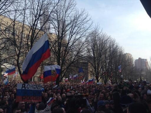 Massive pro-Russian rally near SBU in Donetsk