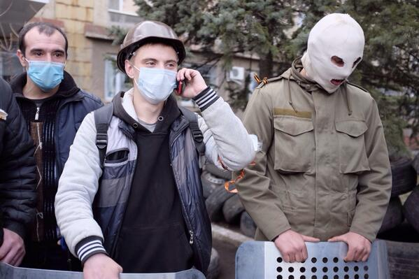 Thugs guarding Horlovka police station