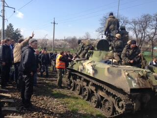 Ukraine APC meets resistance at Kramatorsk. People shout at soldiers to stop.