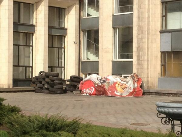 Only one small barricade outside the Donetsk City Administration building, where Ukrainian flag is still flying