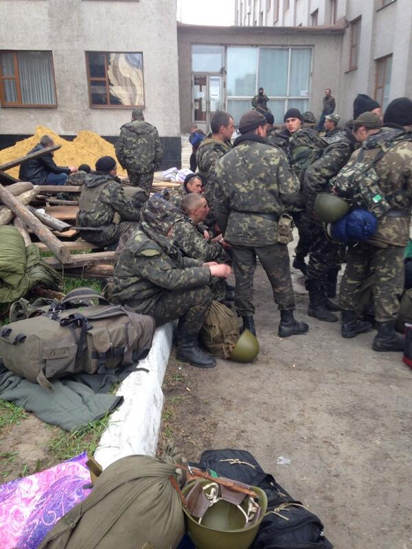Here are the presumably captured Ukrainian paratroopers from the 25th Airbone waiting to go back. Very glum
