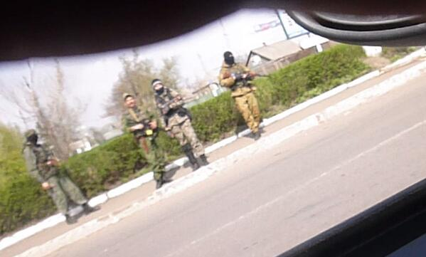 Gunmen on road to Slovyansk