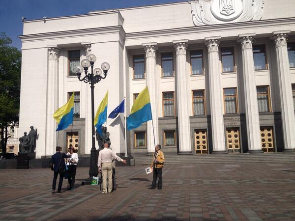 Several people came to the Parliament with inverted flags and want now Ukraine had the such banner
