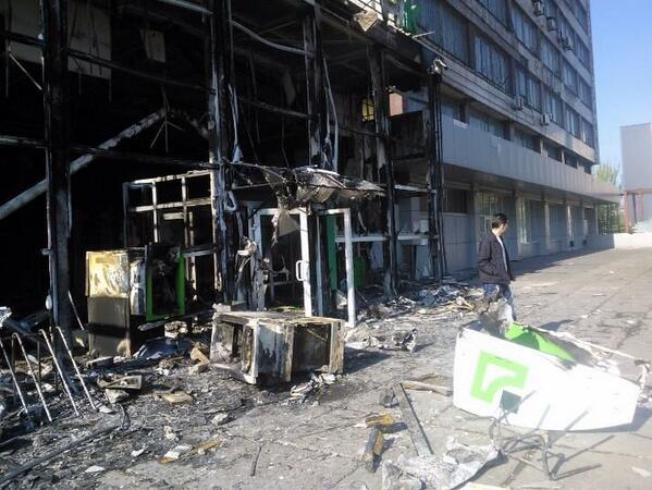 Separatists burnt Privatbank bank near Mariupol City Hall
