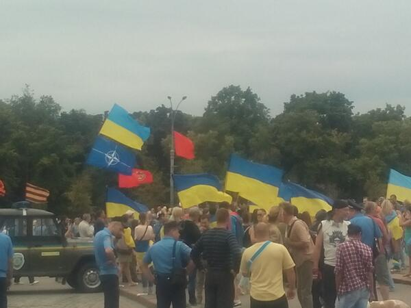 Rally with flags of Ukraine in Kharkiv. There is @NATO flag too