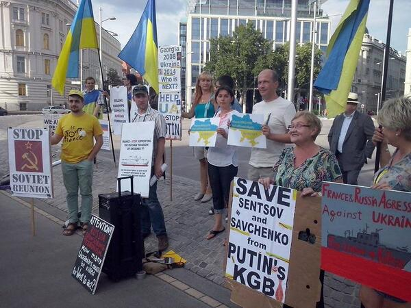 Ukrainians protested against the delivery Mistral Putin in front of the embassy of France in Vienna