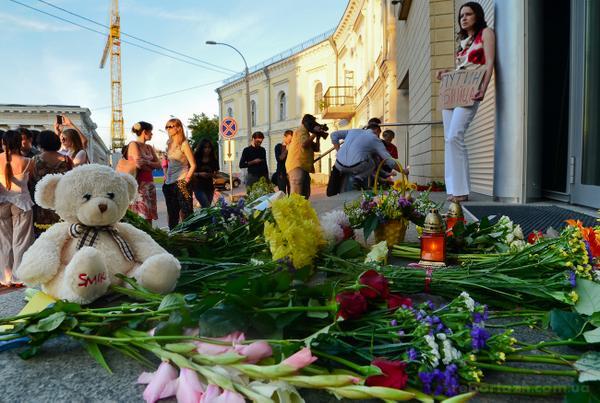 Kyiv residents bring flowers to Dutch Embassy