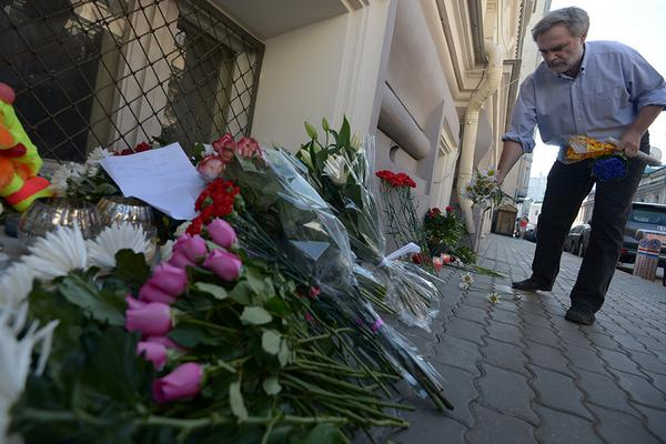 Flowers brought to Dutch, Malaysian embassies in Moscow to pay respect to MH17 victims