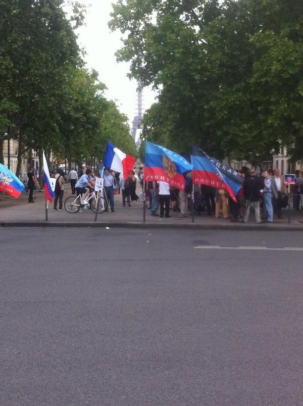 Russian rally in Paris put novorussian flag on Ukraine's embassy
