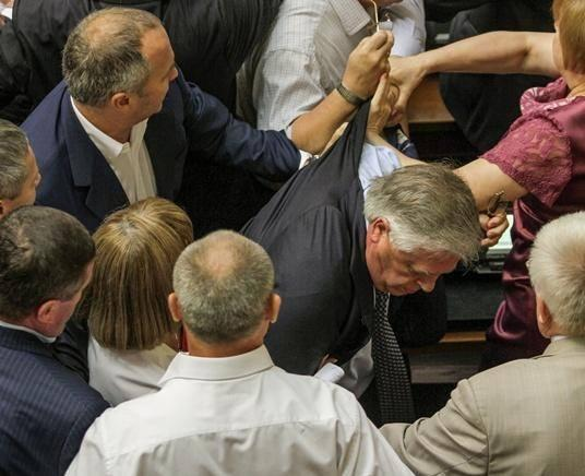 Communist leader Petro Symonenko kicked out of parliament after telling Rus TV Ukr govt killed thousands in ATO, victims made organ donors