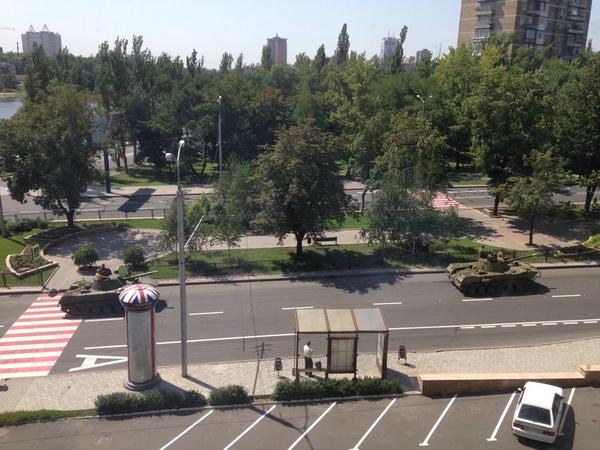 5 rebel tanks blew past the central Donetsk hotel where many journalists are staying!