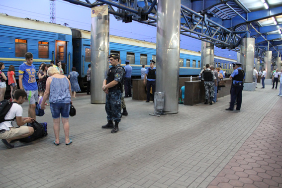 Railway station of Dnepropetrovsk is guarded by armed policemen now