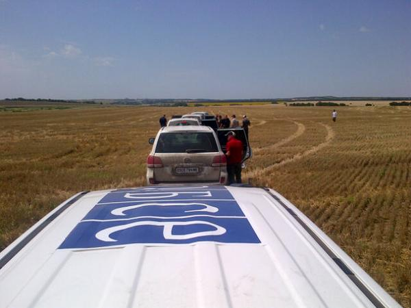 @OSCE_SMM at MH17 crash site just w/5 Australian, 4 Dutch experts. 5 armored vehicles rigged 4 rough terrain