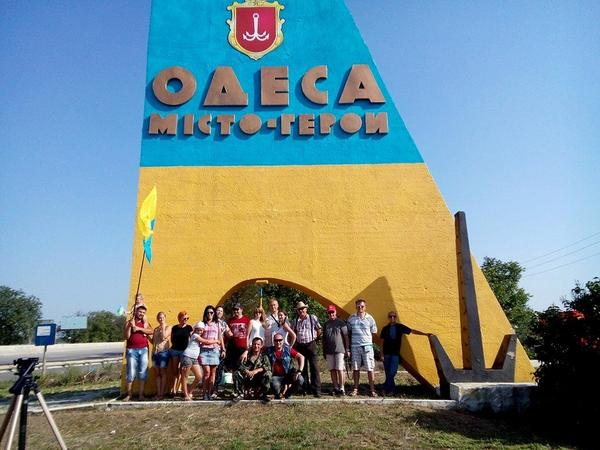 Odesa residents painted stela at the entry to the city in national colors