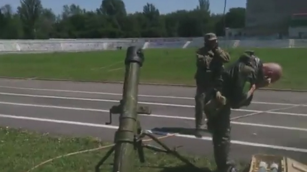Russians mortar Ukrainian position in the Shakhtarsk