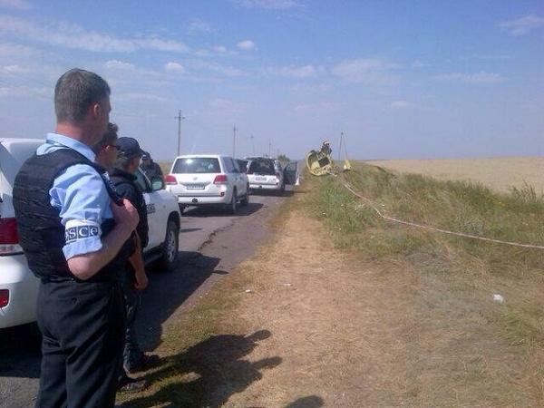 Today two weeks since MH17 came down. @OSCE , Dutch, Aussie experts observe moment of silence after reaching site