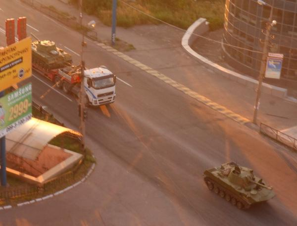 Makiivka. To the side of Donetsk have passed 4 APCs, crane and the car with concrete slabs