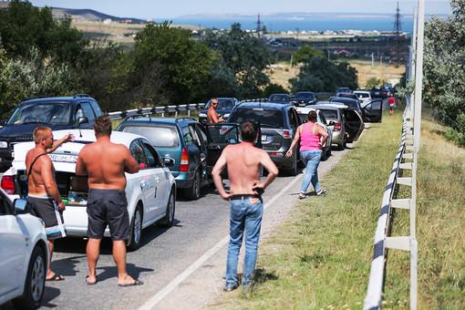 Traffic jam at Kerch ferry line to Crimea growing: 15 kilometer long, 3150 cars. Russia PMs entitled to jump queue