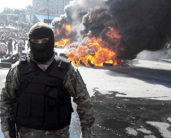Volunteers from Kyiv-1 battalion help municipal services to clear Maidan