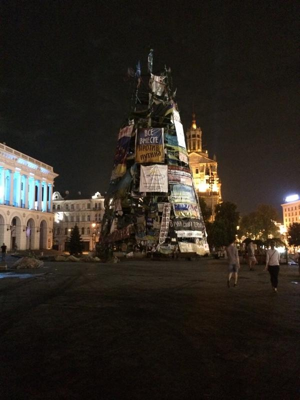 Maidan is cleaned from tents and barricades, but Christmas tree is still there