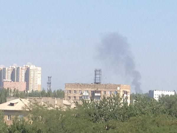 Smoke, explosions and jets in Donetsk