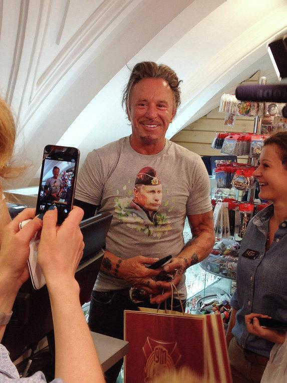 Mickey Rourke bought a T-shirt with Vladimir Putin on it
