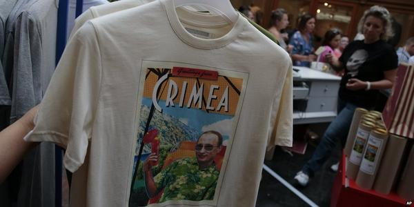 Greetings from Crimea: 2-hour queue for Putin T-shirts in Moscow.