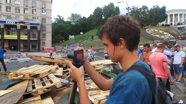 Injured SpilnoTV journalist Oleksyij Pivtorak, still streaming after the attack today in Kyiv