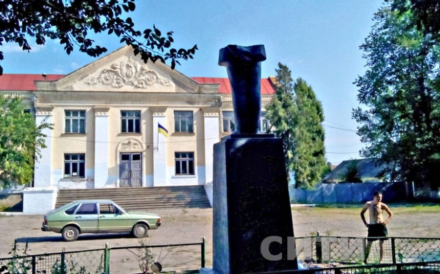 3 Lenin statue were toppled in villages of Odessa region