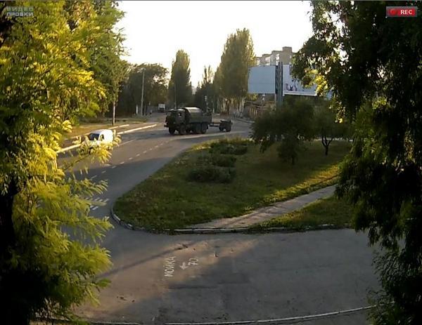 Truck & howitzer on Snigurivska - Ionova crossroads in Donetsk