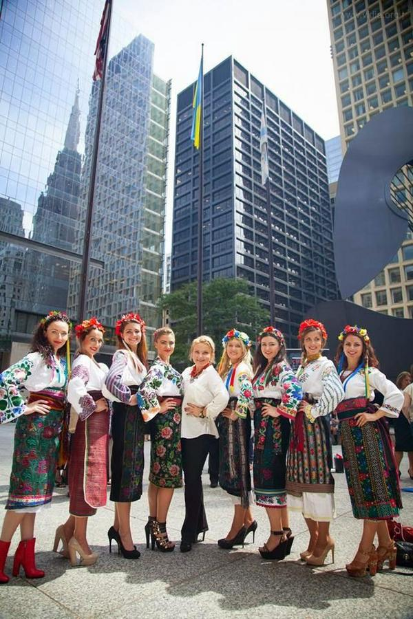 Girls in Ukrainian national clothes in Chicago.