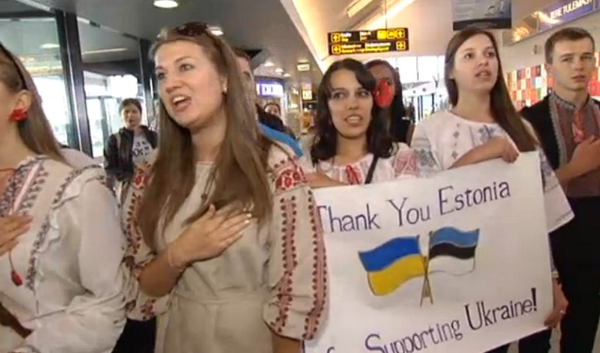 Ukrainian students singing national anthem in the airport after arriving in Estonia