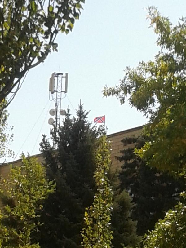 In Nowoasowsk the terrorists have the DNR flag hoisted