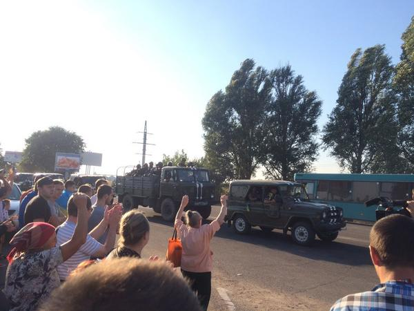 Crowds cheering the troops in Mariupol as they depart from the city