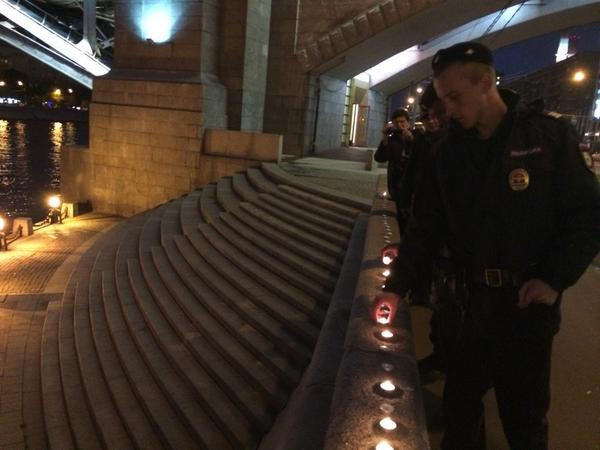 Police arresting people in Moscow lighting 2249 candles to commemorate victims in E Ukraine