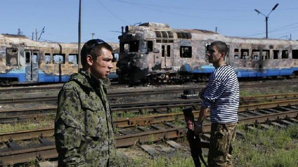 Russian militants at railway station Illovaysk