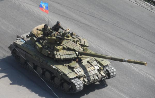 Two tanks. T-64 (with flag of LNR) and T-72 passed Makiivka In the direction of Donetsk